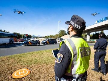 Un policía local pilota un dron para controlar los cierres perimetrales en los municipios valencianos