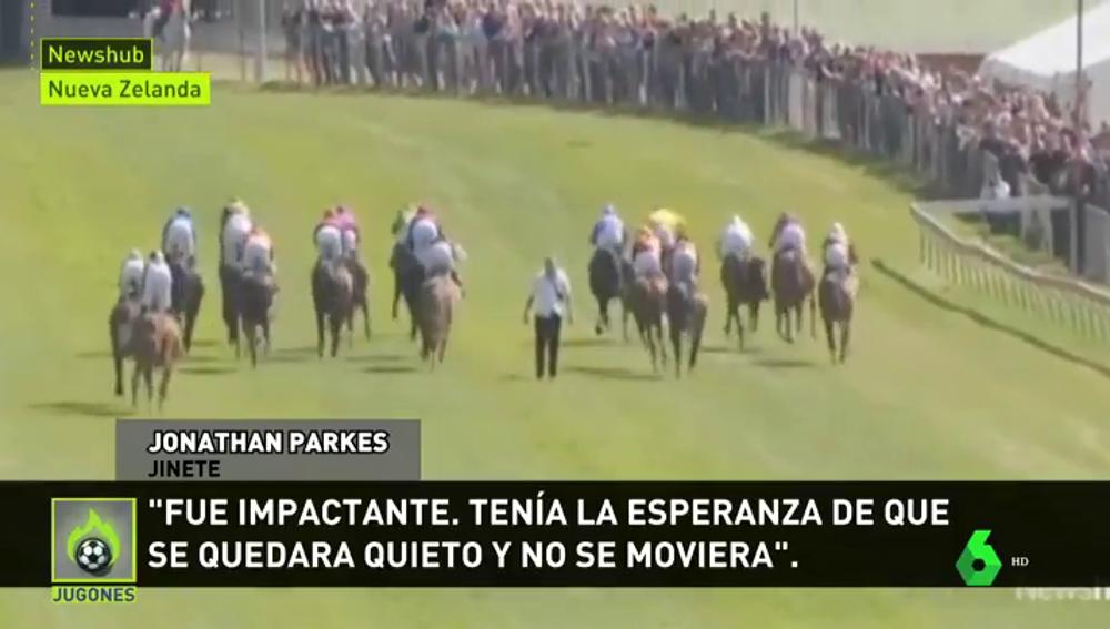 Locura en una carrera de caballos: un hombre salta a la pista... ¡en plena carrera!