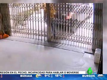 El momento en el que un hombre es aplastado por su propio coche contra la valla del garaje