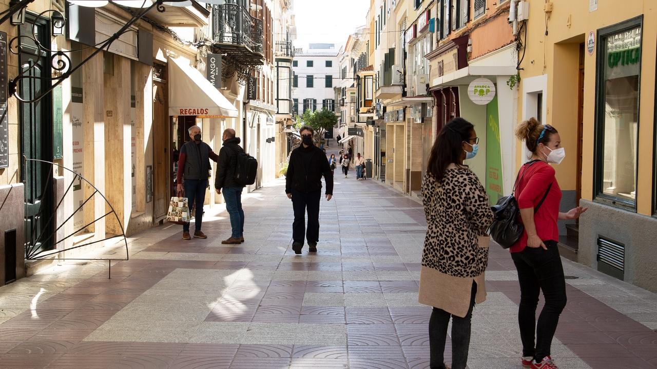 Varias personas en el centro de Mahón, la capital de Menorca, durante la pandemia.