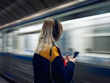 Una mujer escucha música en su móvil