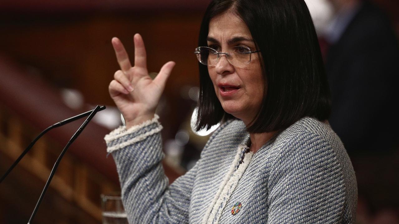 La ministra de Sanidad, Carolina Darias, interviene durante una sesión plenaria celebrada en el Congreso de los Diputados, en Madrid