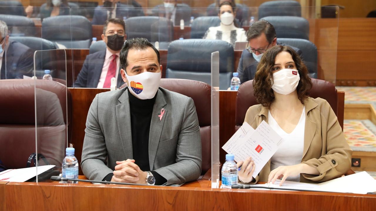 Ignacio Aguado, y la presidenta de la Comunidad de Madrid, Isabel Díaz Ayuso, durante una sesión plenaria celebrada en la Asamblea de Madrid