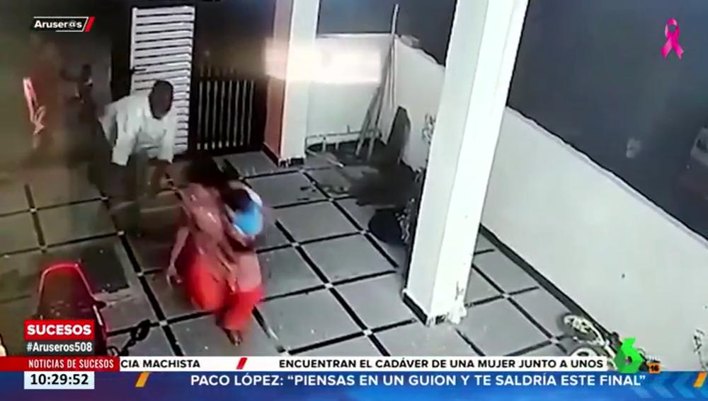 Graban a un hombre atacando a una mujer y a un bebé con un hacha en la India