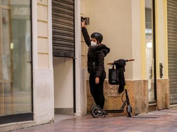 La trabajadora de un comercio cierra su establecimiento en Valencia
