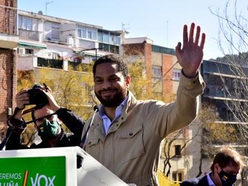 El candidato de VOX a la presidencia de la Generalitat, Ignacio Garriga saluda antes de su intervención en una campaña electoral en Barcelona
