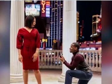 Sorprende a su pareja pidiéndole matrimonio en una sesión de fotos y capta su reacción frame a frame
