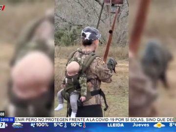 Las polémicas imágenes de una mujer cazando jabalíes con su bebé a la espalda