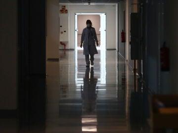 Una empleada camina por un pasillo del Hospital Isabel Zendal
