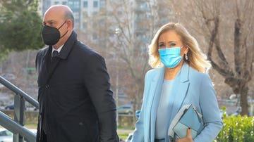 La expresidenta de la Comunidad de Madrid, Cristina Cifuentes, acompañada de su abogado, acudiendo al juzgado por el Caso Máster
