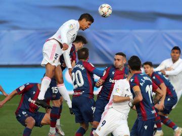 Varane salta por encima de todos