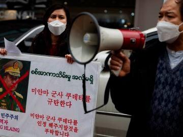 Ciudadanos birmanos protestan por el golpe de Estado militar
