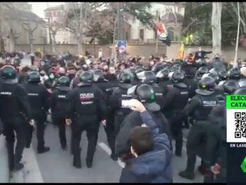 Lanzan piedras y otros objetos contra los vehículos de Ortega Smith e Ignacio Garriga en el acto de Vox en Vic (Barcelona)