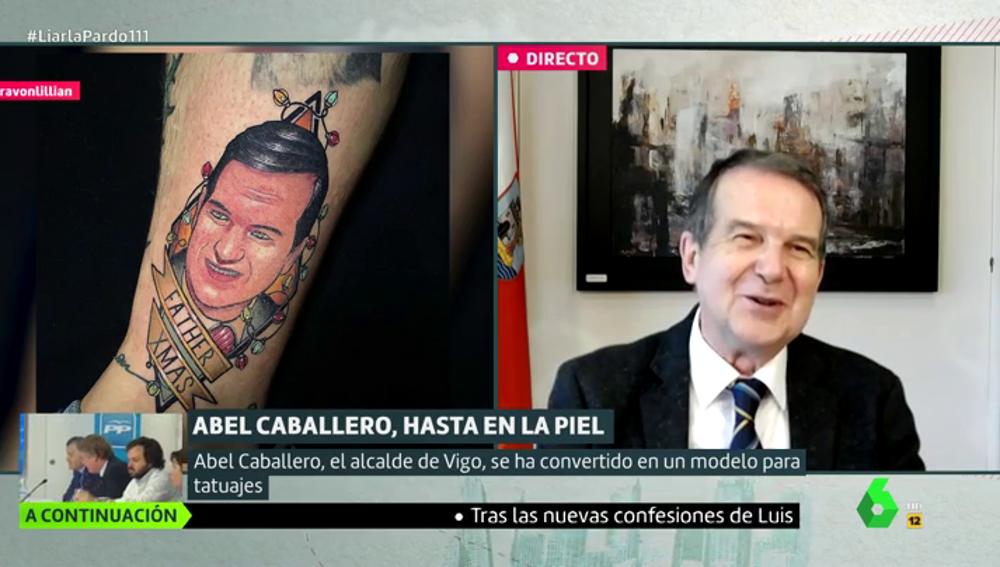"""La reacción de Abel Caballero al ver que un joven se tatúa su cara junta a luces de Navidad: """"Yo me reconozco"""""""