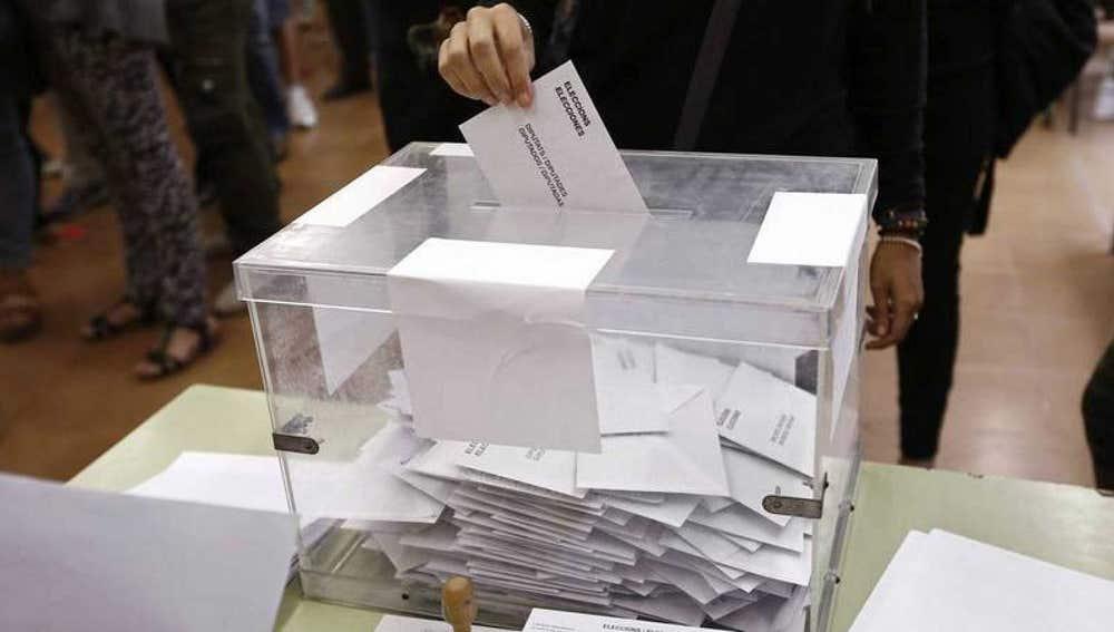 Urnas de las elecciones catalanas llenas de papeletas