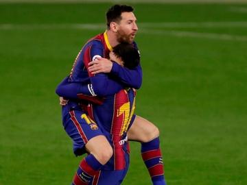 Messi se abraza a Pedri