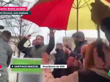 """Nuevo lanzamiento de piedras y objetos contra Abascal y otros líderes de Vox en Girona y Tarragona: """"No son unas elecciones libres y democráticas"""""""