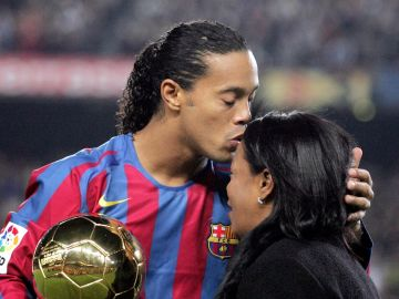 Ronaldinho, junto a su madre