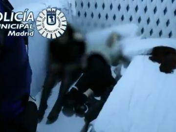 Imágenes emitidas por la Policía en las que se ve a dos jóvenes escondidas bajo los colchones