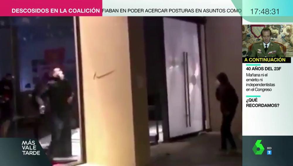 Un manifestante de Barcelona se choca contra un cristal tras asaltar una tienda y se vuelve viral