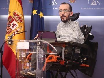 El portavoz parlamentario de Unidas Podemos, Pablo Echenique, interviene en una rueda de prensa convocada en el Congreso de los Diputados, en Madrid