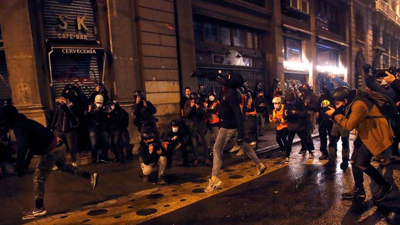 Manifestantes arrojan objetos durante a una nueva manifestación por la libertad de Pablo Hasel
