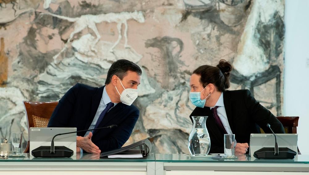 Pedro Sánchez hablando con Pablo Iglesias antes de una comparecencia