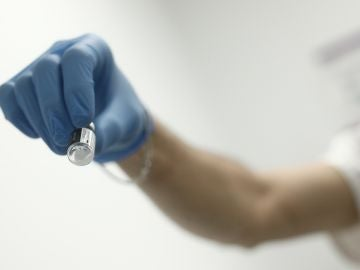 Un profesional sanitario sostiene una dosis de la vacuna contra la COVID-19 de Pfiezer en un Centro de Vacunación