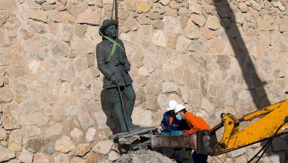 La Ciudad Autónoma de Melilla ha retirado a primera hora de la tarde de este martes la estatua de Franco.