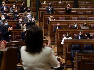 Parlamentarios aplauden durante el pleno del Congreso de los Diputados.