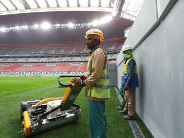 Trabajadores durante las obras en los estadios cataríes para el Mundial de 2022
