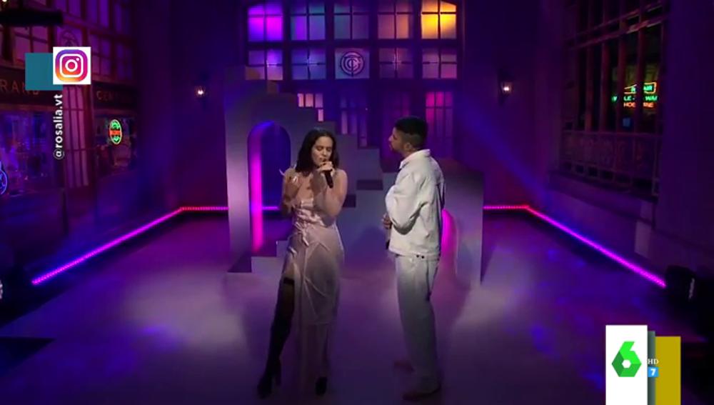 """La emoción de Lorena Castell al ver la ardiente actuación de Rosalía y Bad Bunny: """"¡Es lo más, mira ella cómo ronea!"""""""