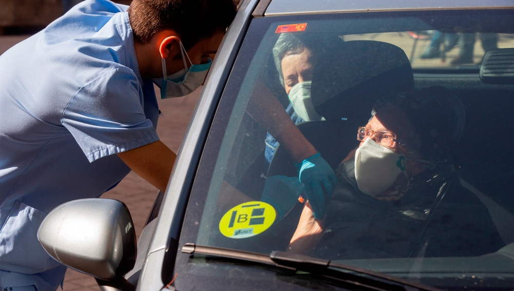 Un enfermero aplica la vacuna contra la covid-19 a Mari Carmen Ladrón de Guevara, de 101 años, en el Hospital Universitario de Álava