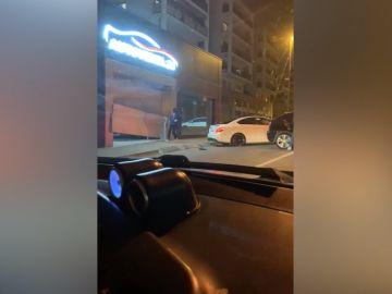 Este es el momento en el que los ladrones se llevan uno de los coches