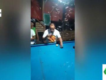 El desconcertante atracón de mosquitos de un hombre en un billar de Filipinas