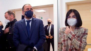 La ministra de Sanidad, Carolina Darias, conversa con el conselleiro de Sanidad, Julio García (i) durante su visita este jueves a la fábrica de Biofabri, del Grupo Zendal, que colabora en la producción y envasado de varias vacunas contra la Covid-19 en O Porriño, Pontevedra.