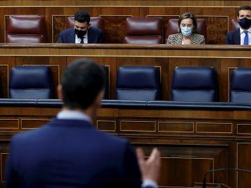 Sánchez frente a Pablo Casado en el Congreso