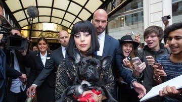 Lady Gaga con su perro en brazos