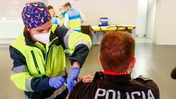 Un Policía Local recibe la vacuna contra la COVID-19