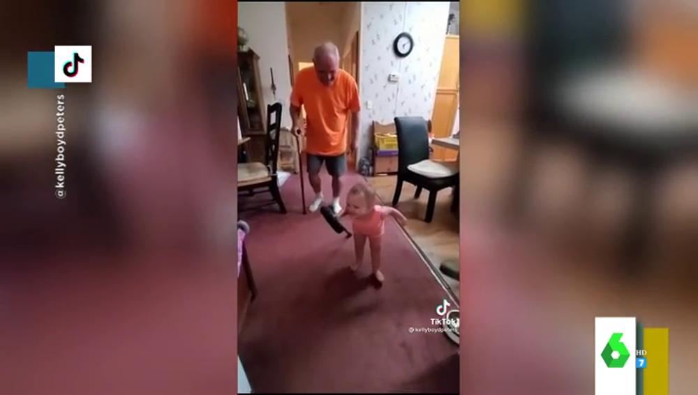 La desternillante imitación de una bebé de su abuelo