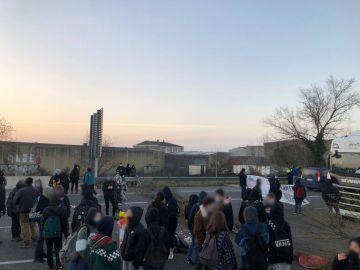 Un grupo de personas corta la carretera AP-7 en protesta por el encarcelamiento de Hasél