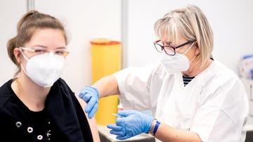 Una sanitaria vacuna contra la COVID-19 a una profesora en Bremen (Alemania)