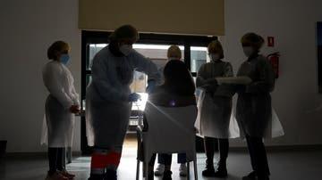 Un sanitario vacuna a un profesor en Ronda