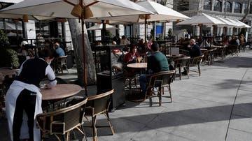 Varias personas en la terraza de una cafetería de Madrid
