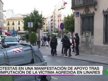 Increpan y lanzan objetos a la Policía durante una manifestación tras la imputación del hombre agredido en Linares