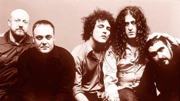 Los miembros de M-Clan, de izquierda a derecha: Pascual Saura (bajo), Ricardo Ruipérez (guitarra), Carlos Tarque (voz), Santiago Campillo (guitarras), Juan Antonio Otero 'Oti' (batería)