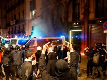 Violentos atacan la comisaría de La Rambla con cócteles molotov