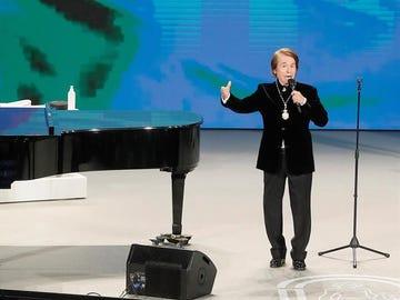 El cantante Raphael canta el Himno de Andalucía tras recibir el titulo de Hijo predilecto.