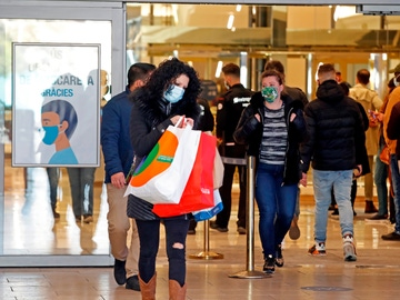 Varios clientes salen del Centro Comercial Granvia 2 en Cataluña