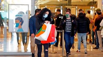 Varios clientes salen del Centro Comercial Granvia 2 este lunes en Cataluña